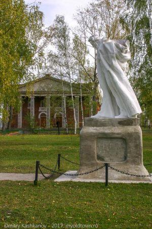 Усадьба Пушкина в Болдино. Памятник поэту