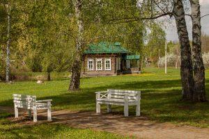 Усадьба во Львовке. Скамейки в парке