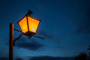 Большое Болдино. Вечернее фото. Фонарь на фоне синего неба