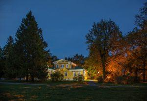 Большое Болдино. Вечернее фото господского дома со стороны надворных построек